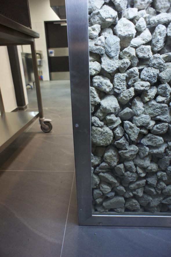 Détail - Bar exécuté avec du béton recyclé de l'ancien bâtiment.