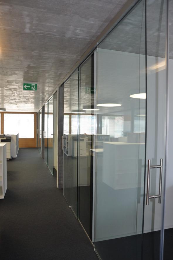 Glastüren von den Büros zum Gang