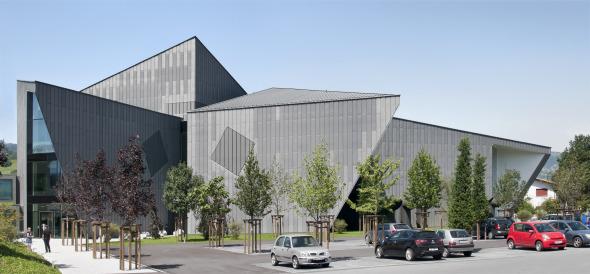 Sicht auf den Parkplatz und Eingangsbereich © Davide Macullo Architects
