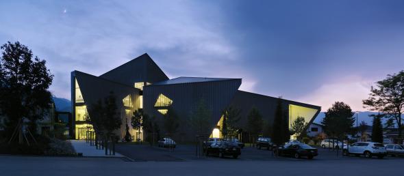Blick auf den Eingangsbereich am Abend © Davide Macullo Architects