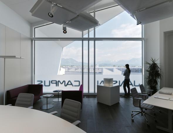 Innenansicht eines Büros mit einer grossen Fensterfront © Davide Macullo Architects