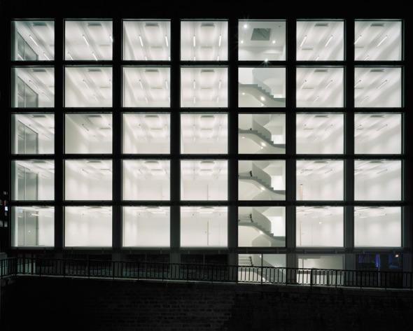 vue de nuit la façade ouest avec l'escalier © Daniela Droz & Tonatiuh Ambrosetti