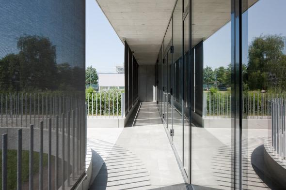 Fassadenzwischenraum (Stoffstoren/Absturzsicherung/Fensterfront) © Beat Bühler