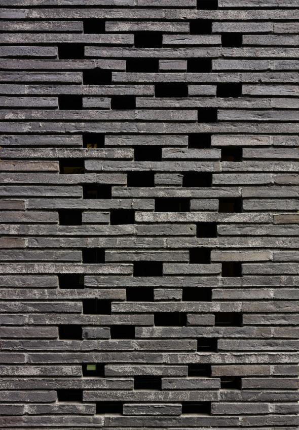 Die versetzten Lochwände ermöglichen eine geschlossenere Fassade bei gleichzeitigem Lichtspiel © K&L Architekten © K&L Architekten