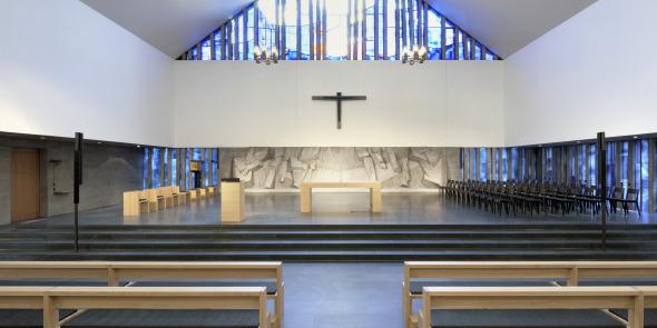 Chorraum mit Altar und Ambo © Andreas Marti & Partner Architekten AG