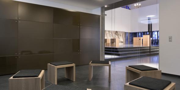 Seelsorgezimmer mit Blick zum Chorraum © Andreas Marti & Partner Architekten AG