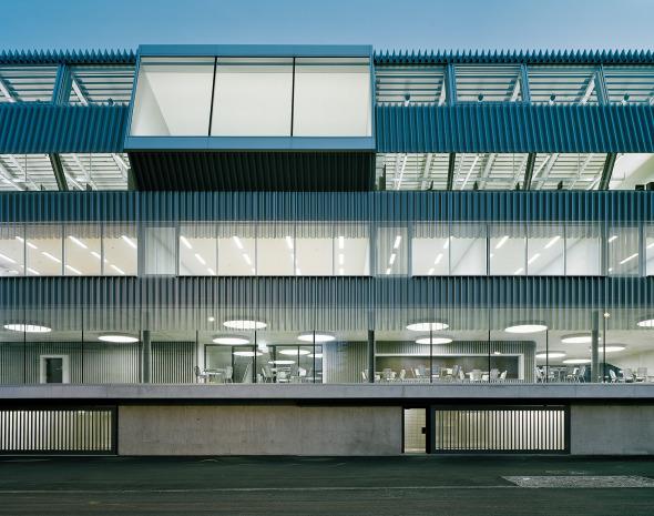 Vertikale Schichtung der unterschiedlichen Nutzungen wird von aussen her erfahrbar  © Georg Aerni, Zürich