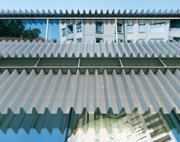 Transparentes Kleid aus perforierten Aluminiumblechen © Georg Aerni, Zürich