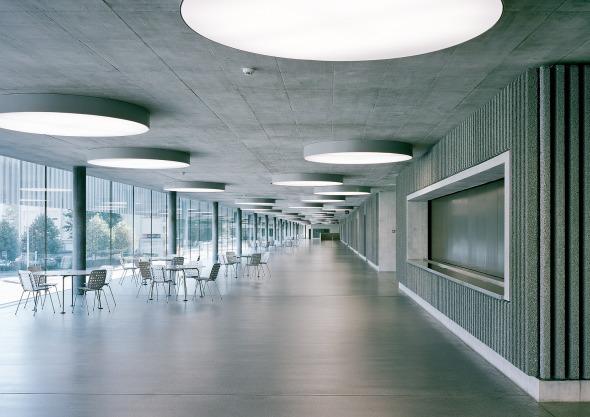 Langgestrecktes Foyer als Ersatz des fehlenden Aussenraums macht horizontale Dimension des Gebäudes im Innern erfahrbar  © Georg Aerni, Zürich
