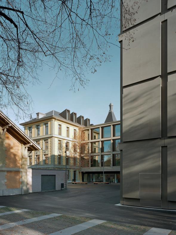Piazza comme lien entre bâtiment ancien et bâtiment neuf © Photo: Walter Mair, Zürich