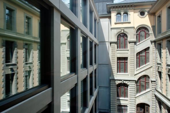 Structure de la façade en grès du bâtiment ancien adapté par une nouvelle structure téctonique du bâtiment neuf © Photo: Walter Mair, Zürich