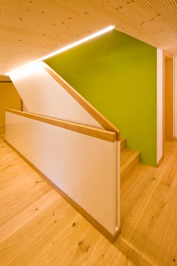 Treppenhaus mit Frühlingsgrün