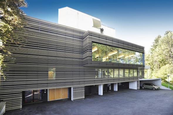 Das eindrückliche Fassadendesign umfasst insgesamt 3700 Laufmeter Baguetten © Kimlim Architekten