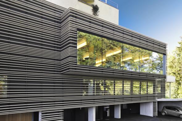 Grosse Fensterflächen erlauben den weitschweifenden Blick in die Umgebung © Kimlim Architekten