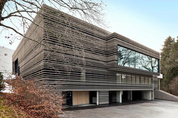 Das Fassadenkleid aus Ton-Baguetten verleiht dem Anbau neben Einheitlichkeit auch eine plastisch reizvolle Prägung © Kimlim Architekten