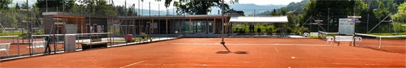 Tennisplatz mit Aussicht auf neues Gebäude