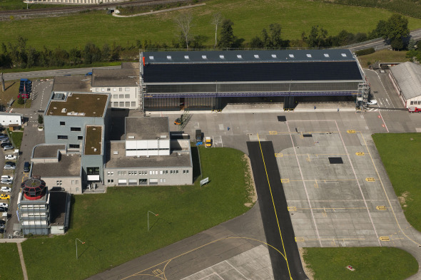 Die Photovoltaik-Anlage auf dem Dach der Flugzeughalle 1 fällt kaum auf © Schweizer Luftwaffe