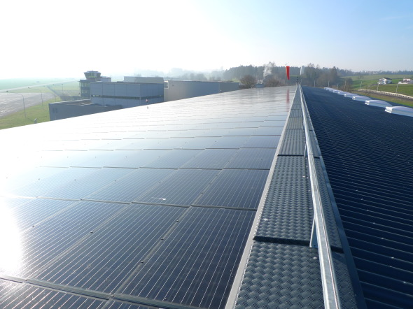 Süd Dach mit Photovoltaik-Anlage, Nord Dach Anpassung mit Sinusblecheindeckung, Sicherungsleine auf dem First © Marcel Staubli