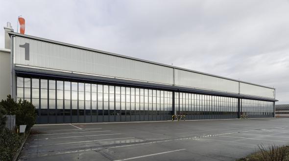 Süd Fassade, Blick auf den Eingang in die Montagehalle © Jean-Pierre Grüter