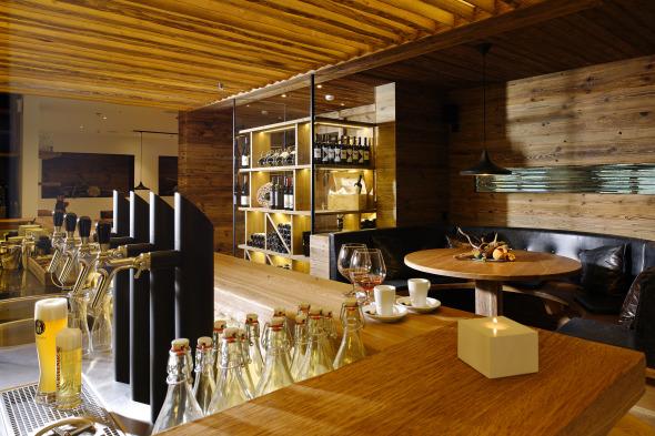 Bar mit Stammtisch im umgebauten Teil