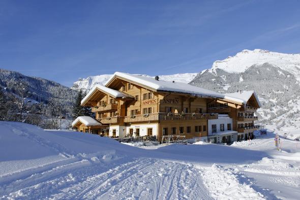 Aspen im herrlichen Wintertag von Süden