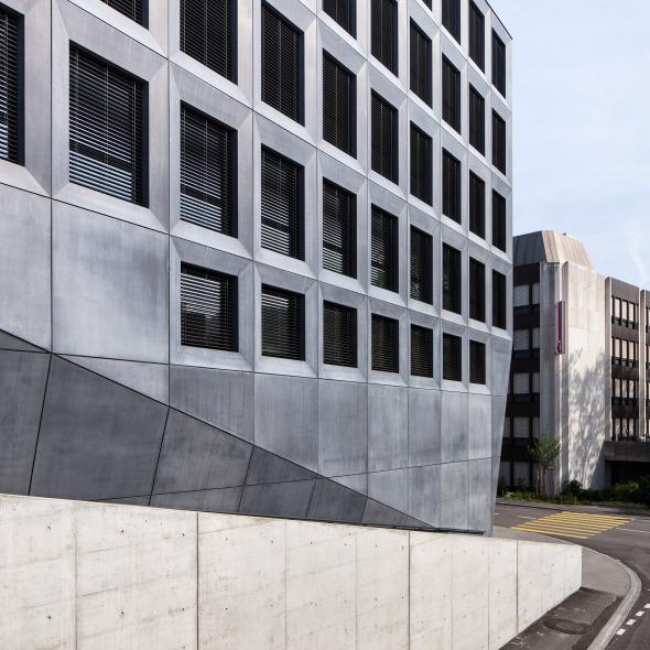 Fassade aus vorfabrizierten Betonelementen © Roman Keller