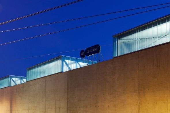 Nachts glimmen die Oblichter durch den 24h-Betrieb des Depots © © beat bühler