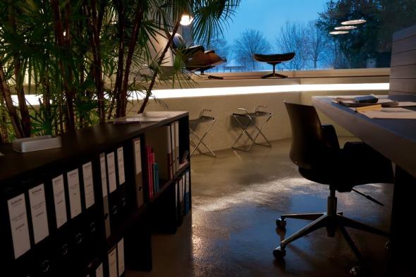mittlere Ebene, Sicht Fensterfront, Augenmerk: gezielte Lichtführung Beckenrand / Spiegelung Licht im Fensterglas